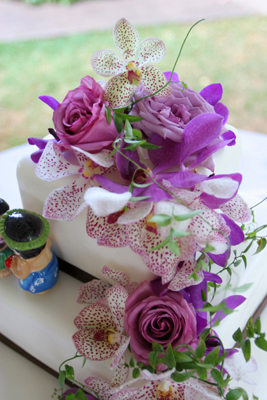 lavender prchids on wedding cake