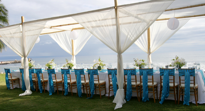 Long canopy for dinner at the Olowalu PLantation house on Maui & Olowalu Plantation House| Vintage Style Wedding